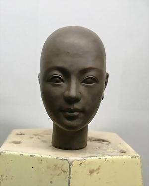 Tác phẩm điêu khắc đầu búp bê phiên bản Q 1