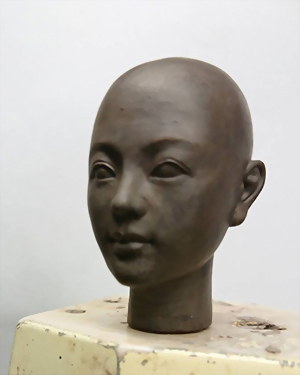 Tác phẩm điêu khắc đầu búp bê phiên bản Q 2