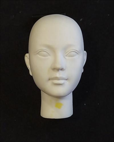 Tác phẩm điêu khắc đầu búp bê phiên bản Q 4