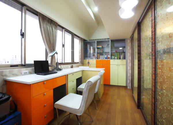 書房剛烤書桌及書櫃